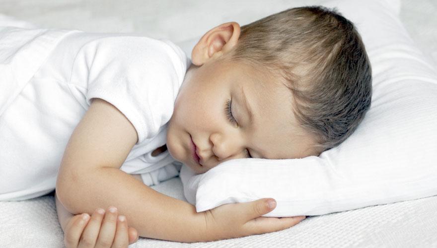 Можно ли новорожденному спать на животе: нормы сна детей до года по таблице.